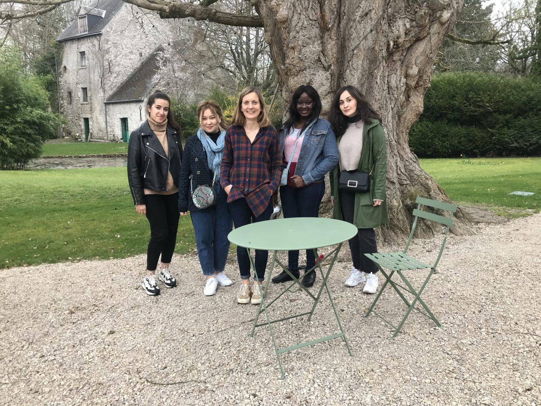 Quatre jeunes étudiantes au Domaine Saint-Hilaire